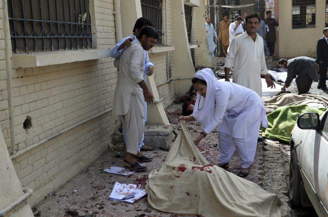 Suicida mata al menos 53 en hospital de Pakistán