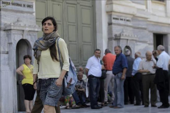 """Griegos enfrentan primer día del """"corralito"""""""
