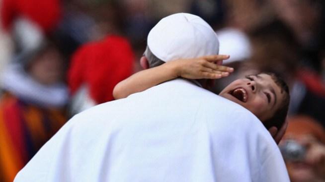 El Papa ahorra luz y ¿sale a escondidas?