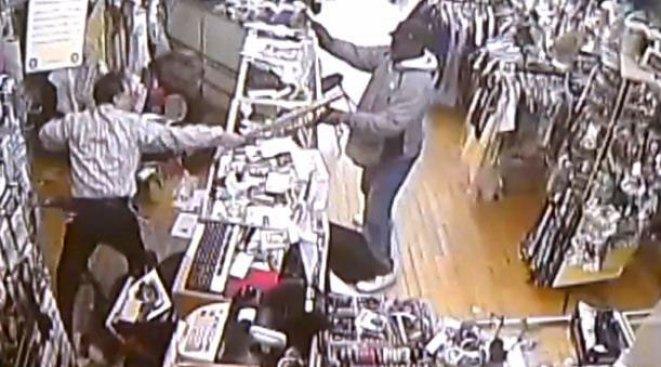 En video: Impide robo a batazo limpio